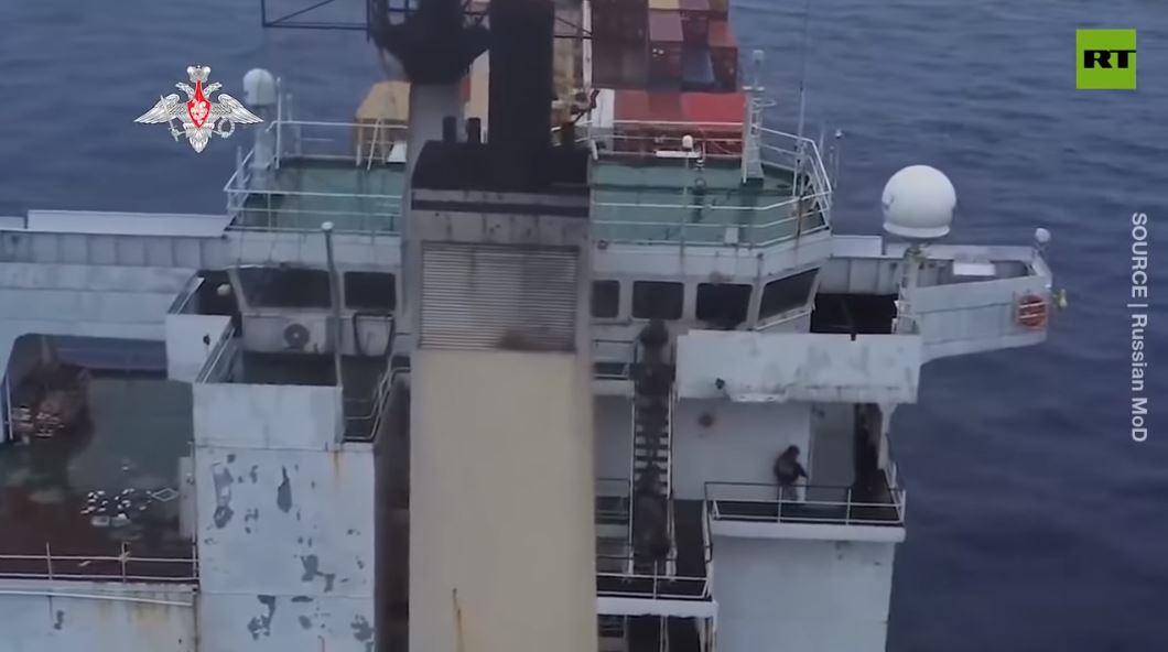 Video như phim hành động binh sĩ Nga lùng sục cướp biển trên tàu hàng
