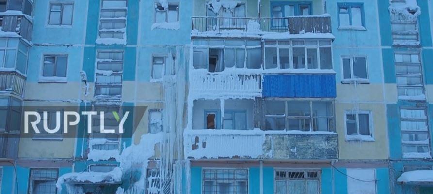 Chung cư bỏ hoang biến thành hang động băng ở Nga