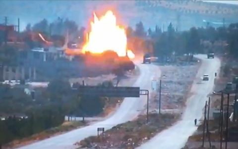 Clip vụ nổ cực mạnh tấn công xe quân cảnh Nga