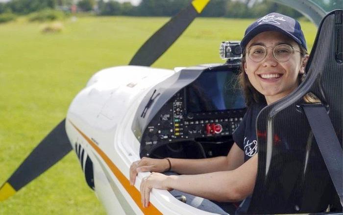 Cô gái 19 tuổi lái máy bay vòng quanh thế giới