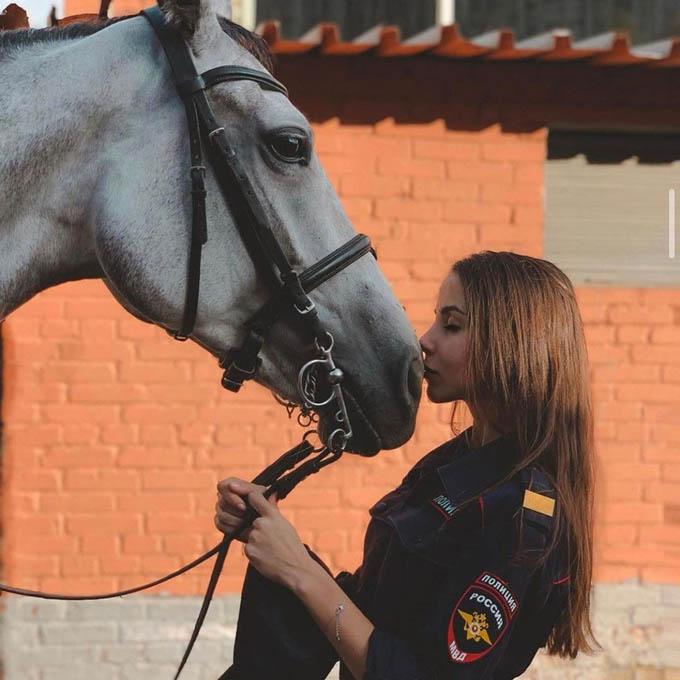 Hoa khôi cảnh sát Nga có tài năng cưỡi ngựa