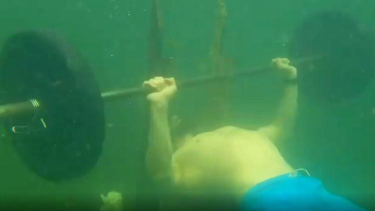 Huấn luyện viên Nga lập kỷ lục nâng tạ dưới nước