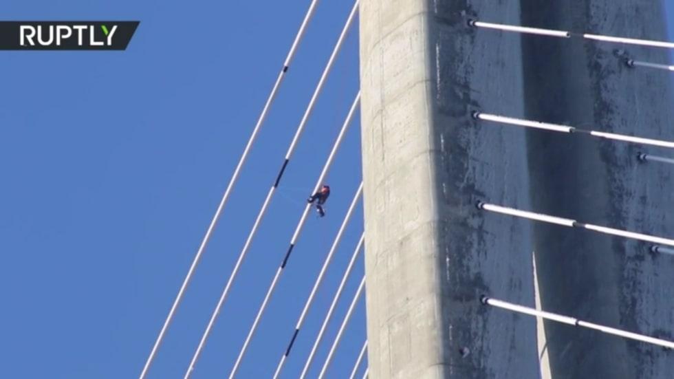 Clip: Lính thủy đánh bộ Nga liều mình dọn dẹp cây cầu cao hơn 300m