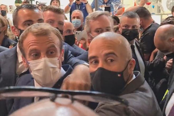 Tổng thống Pháp bị ném trứng