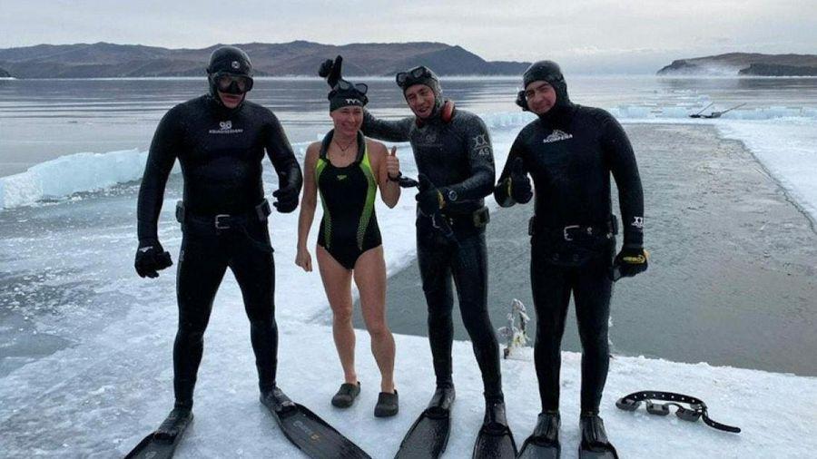 Nữ vận động viên lập kỷ lục bơi 85 m trong hồ băng