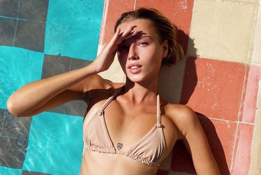 Người mẫu Nga thích mặc đồ xẻ ngực khoe hình xăm