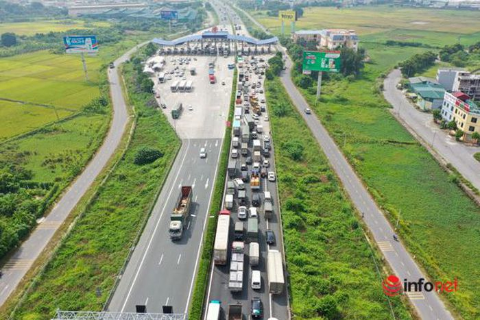 Hà Nội ''nới lỏng'', người dân đổ xô về quê, cửa ngõ Pháp Vân tắc nghẽn cả km