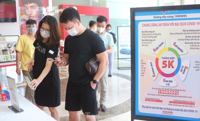 Khách xếp hàng dài quét mã QR vào các trung tâm thương mại Hà Nội