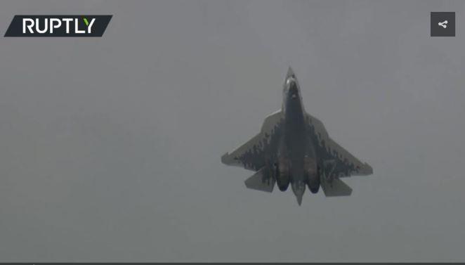 Xem màn 'đóng băng' thót tim của Su-57 Nga giữa không trung
