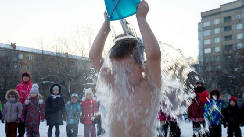 Clip: Trẻ em Nga dội nước lạnh giữa trời tuyết để rèn luyện sức khỏe