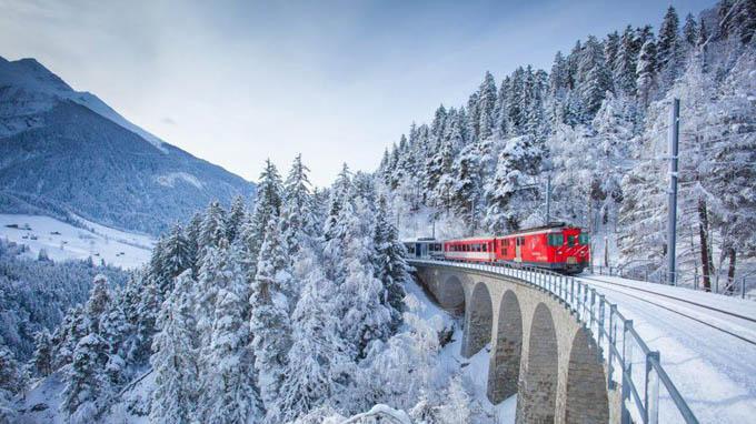 Chuyến tàu 90 năm tuổi băng qua ngọn núi phủ tuyết trắng