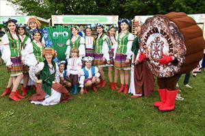 Vẻ đẹp hút hồn của các thiếu nữ trong lễ hội Cánh đồng Nga