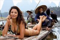 Siêu mẫu bikini sánh cùng thổ dân, gây sốt