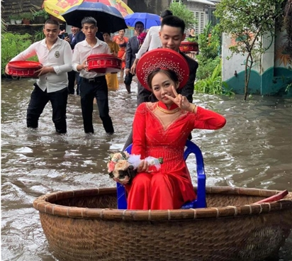 Chú rể đẩy thuyền thúng đi đón dâu trong ngày lụt