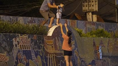 Nhiều người vượt tường ra khỏi khu phong tỏa ở Hà Nội