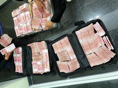 Bị đòi đeo khẩu trang, triệu phú rút 3 valy tiền khỏi ngân hàng