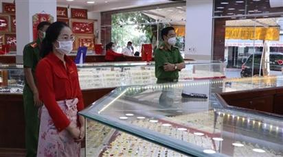 Nữ nhân viên tiệm vàng trộm 2.380 nhẫn vàng trong hơn 1 năm làm việc