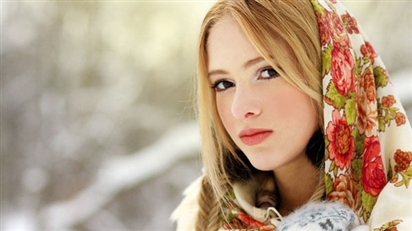 Phụ nữ Nga dưỡng da đẹp mịn màng với cà phê và đá lạnh