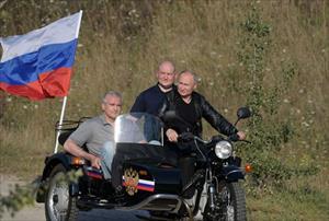 Ông Putin diện áo da cực ngầu, lái 'xít đờ ca' Ural huyền thoại