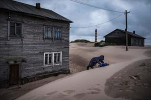 Bị cát nuốt chửng, dân làng ở Nga học cách sinh tồn trên bãi biển