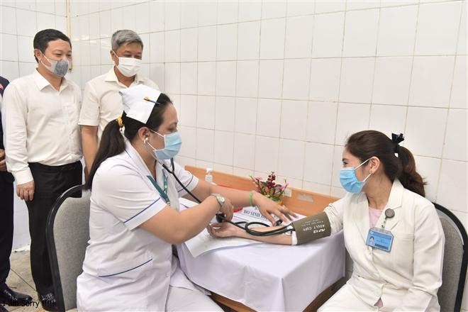 Nữ hộ sinh được tiêm vaccine COVID-19 ở Hà Nội: 'Tôi rất vui và hạnh phúc'